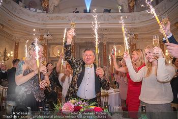 Lugner Verlobung und Geburtstag - Haus der Industrie, Wien - Sa 09.10.2021 - Richard LUGNER, Simone REILÄNDER mit Sprühkerzen, Wunderkerzen166