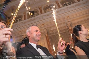 Lugner Verlobung und Geburtstag - Haus der Industrie, Wien - Sa 09.10.2021 - Norbert HOFER mit Sprühkerzen, Wunderkerzen, Kussfoto167