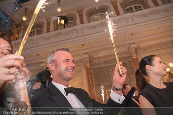Lugner Verlobung und Geburtstag - Haus der Industrie, Wien - Sa 09.10.2021 - Norbert HOFER mit Sprühkerzen, Wunderkerzen, Kussfoto168