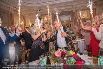 Lugner Verlobung und Geburtstag - Haus der Industrie, Wien - Sa 09.10.2021 - Richard LUGNER, Simone REILÄNDER mit Sprühkerzen, Wunderkerzen169