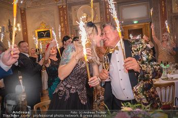 Lugner Verlobung und Geburtstag - Haus der Industrie, Wien - Sa 09.10.2021 - Richard LUGNER, Simone REILÄNDER mit Sprühkerzen, Wunderkerzen170