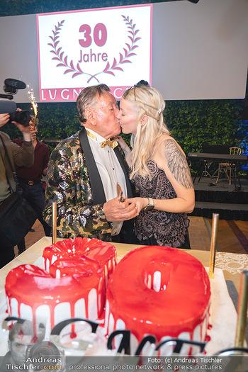 Lugner Verlobung und Geburtstag - Haus der Industrie, Wien - Sa 09.10.2021 - Richard LUGNER, Simone REILÄNDER beim Tortenanschnitt (Kussfoto173