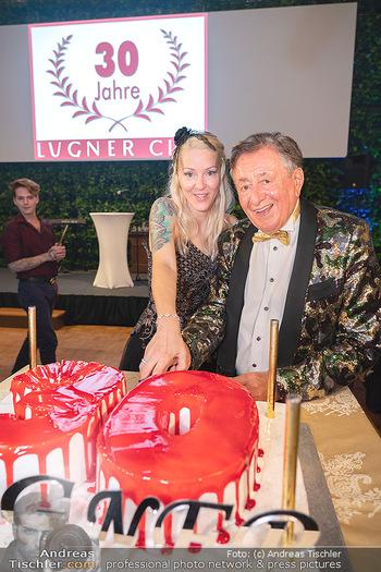 Lugner Verlobung und Geburtstag - Haus der Industrie, Wien - Sa 09.10.2021 - Richard LUGNER, Simone REILÄNDER beim Tortenanschnitt174