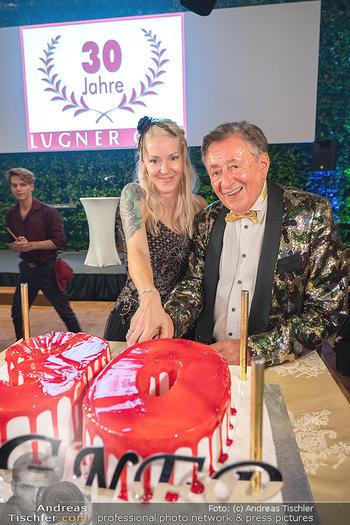 Lugner Verlobung und Geburtstag - Haus der Industrie, Wien - Sa 09.10.2021 - Richard LUGNER, Simone REILÄNDER beim Tortenanschnitt175