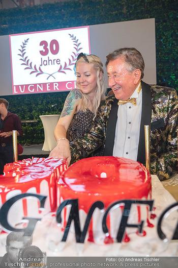 Lugner Verlobung und Geburtstag - Haus der Industrie, Wien - Sa 09.10.2021 - Richard LUGNER, Simone REILÄNDER beim Tortenanschnitt176