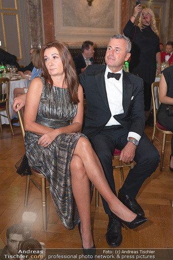 Lugner Verlobung und Geburtstag - Haus der Industrie, Wien - Sa 09.10.2021 - Norbert HOFER mit Ehefrau Verena179