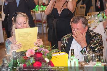 Lugner Verlobung und Geburtstag - Haus der Industrie, Wien - Sa 09.10.2021 - Richard LUGNER, Simone REILÄNDER mit Sprühkerzen, Wunderkerzen180