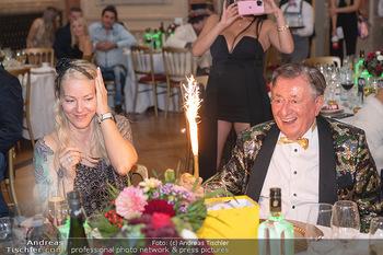 Lugner Verlobung und Geburtstag - Haus der Industrie, Wien - Sa 09.10.2021 - Richard LUGNER, Simone REILÄNDER mit Sprühkerzen, Wunderkerzen181