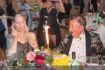 Lugner Verlobung und Geburtstag - Haus der Industrie, Wien - Sa 09.10.2021 - Richard LUGNER, Simone REILÄNDER mit Sprühkerzen, Wunderkerzen182