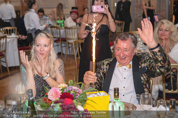 Lugner Verlobung und Geburtstag - Haus der Industrie, Wien - Sa 09.10.2021 - Richard LUGNER, Simone REILÄNDER mit Sprühkerzen, Wunderkerzen183