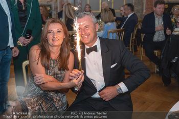Lugner Verlobung und Geburtstag - Haus der Industrie, Wien - Sa 09.10.2021 - Norbert HOFER mit Ehefrau Verena und Sprühkerzen, Wunderkerzen184