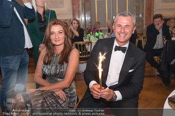 Lugner Verlobung und Geburtstag - Haus der Industrie, Wien - Sa 09.10.2021 - Norbert HOFER mit Ehefrau Verena und Sprühkerzen, Wunderkerzen187
