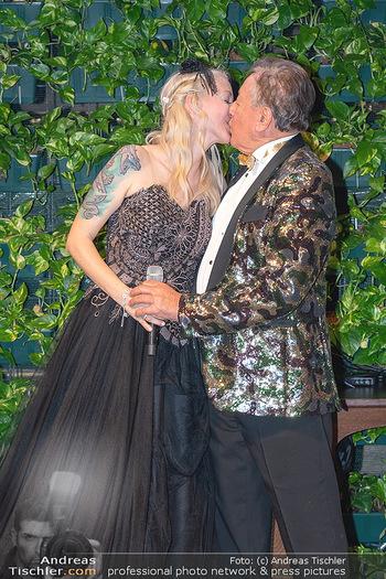 Lugner Verlobung und Geburtstag - Haus der Industrie, Wien - Sa 09.10.2021 - Richard LUGNER, Simone REILÄNDER bei Verlobung199