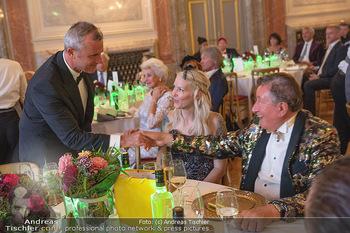 Lugner Verlobung und Geburtstag - Haus der Industrie, Wien - Sa 09.10.2021 - Norbert HOFER gratuliert Richard LUGNER, Simone REILÄNDER218