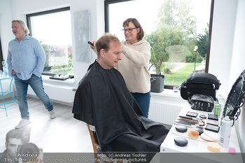 Plakat Fotoshooting - Fotostudio Berndorf - Mi 13.10.2021 - Alexander JAGSCH in der Maske, Visagistin4