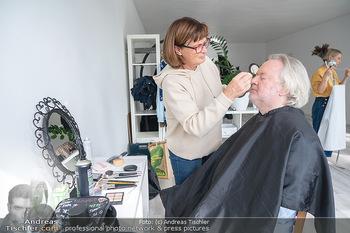 Plakat Fotoshooting - Fotostudio Berndorf - Mi 13.10.2021 - Gregor SEBERG in der Maske, Visagistin5
