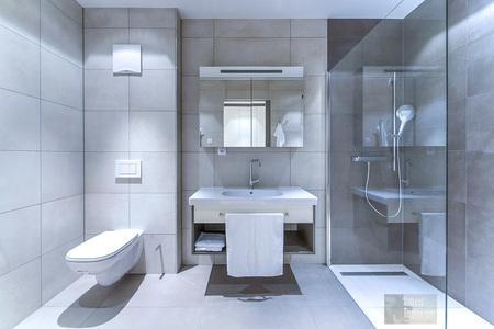 Architektur Architekturfotograf Architekturfotos GebäudeInnenArchitektur Badezimmer WC Toilette modern Glas - InnenArchitektur Badezimmer WC Toilette modern Glas by Andreas Tischler