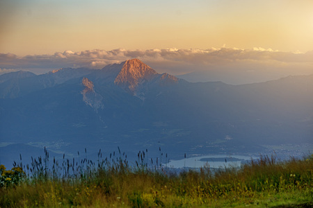 Ausblick vom Berg ins Tal in der Abendsonne bei aufziehendem Gewitter - Ausblick vom Berg ins Tal in der Abendsonne bei aufziehendem Gew by Andreas Tischler