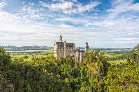 Kurzbesuch der Region Königsschlösser in Bayern, Deutschland - Schloss Neuschwanstein, Märchenschloss, im Hintergrund der Forg by Andreas Tischler