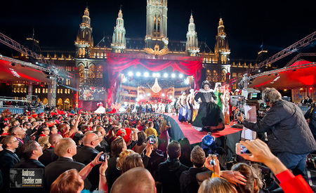 20. Lifeball Magenta Stage Bühne Acts Eröffnungsshow - Rathausplatz, Showfinale, Publikum by Andreas Tischler