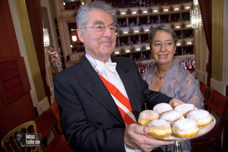 56. Wiener Opernball - Margit und Heinz FISCHER mit Krapfen by Andreas Tischler