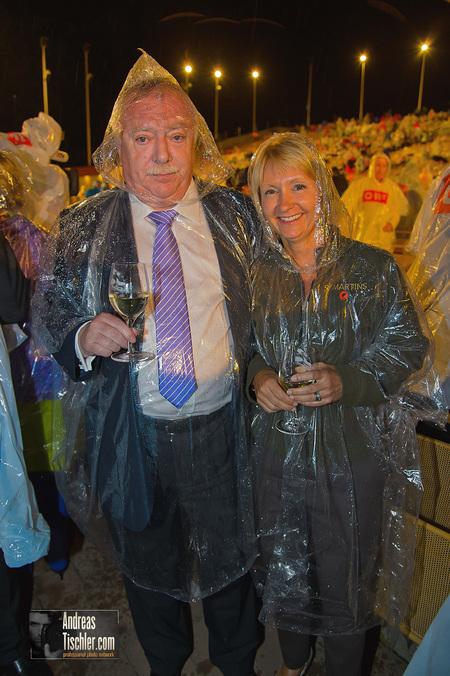 Festspielpremiere �Die Fledermaus� - Michael H�upl mit Ehefrau Barbara - mit Regenschutz by Andreas Tischler