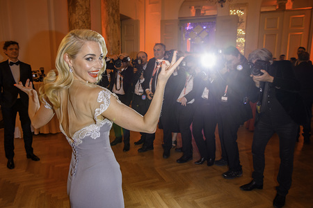 30. Romy-Gala Preisverleihung in der Wiener Hofburg - Silvia SCHNEIDER umringt von Fotografen, im Blitzlichgewitter by Andreas Tischler